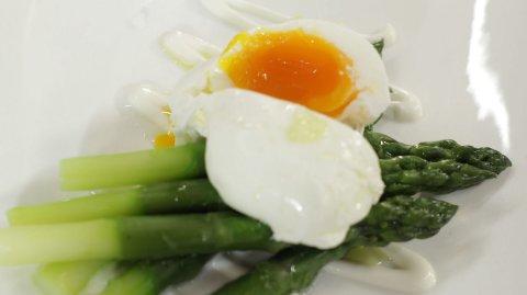 Uovo in camicia su crema di asparagi