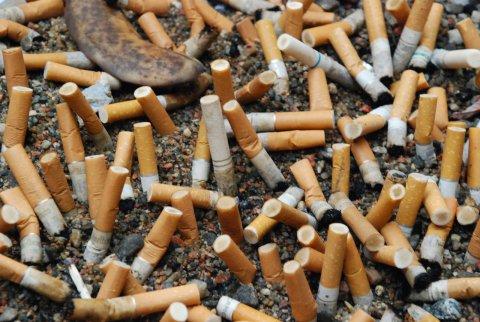 Mozziconi di sigaretta per terra, arrivano finalmente le multe