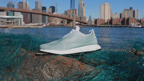 Adidas produce le prime scarpe create con rifiuti marini