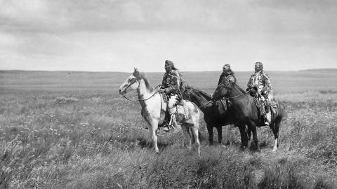 Gli indiani Blackfeet, i piedi neri, riconquistano le loro terre