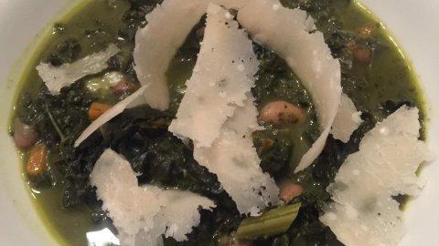 Minestra di cavolo nero e fagioli con nastri di grana