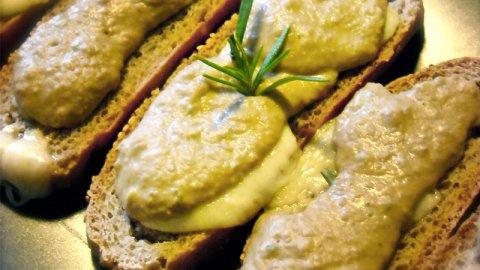 Crema di carciofi su crostini croccanti