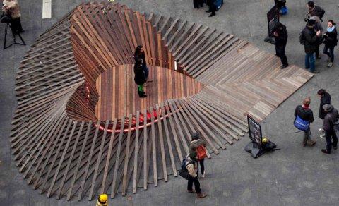 Le macerie dell'uragano Sandy riciclate in un grande cuore di legno